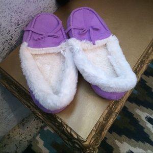Shoes - NWT womens faux fur moc slippers sz S(5/6)